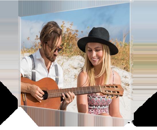 Foto op plexiglas met paar op strand en gitaar