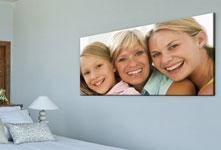 Foto op plexiglas van familie boven een bed