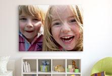 Kinderkamer met lachende kinderen van dichtbij op plexiglas