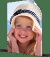 Klein meisje met hoed op poster