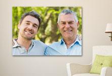 Plexiglas van vader en zoon in de woonkamer opgehangen