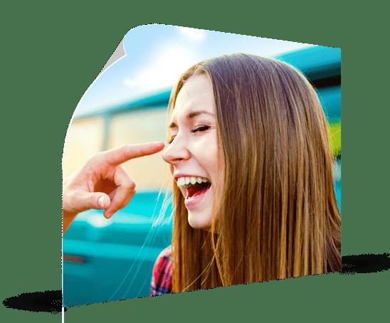 Poster van lachende vrouw met vinger