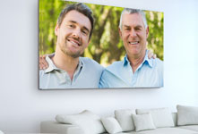 Woonkamer met foto van vader en zoon op plexiglas