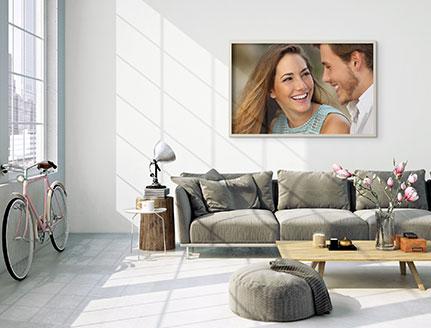 Woonkamer met poster met lachend paar