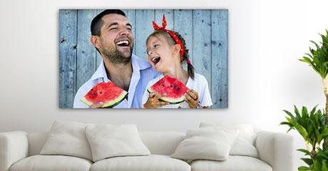 Woonruimte vader en dochter met meloen op plexiglas